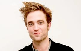 Robert Pattinson Stopped To Sign Autographs For Fans In Hollywood And The Video Is Going Viral