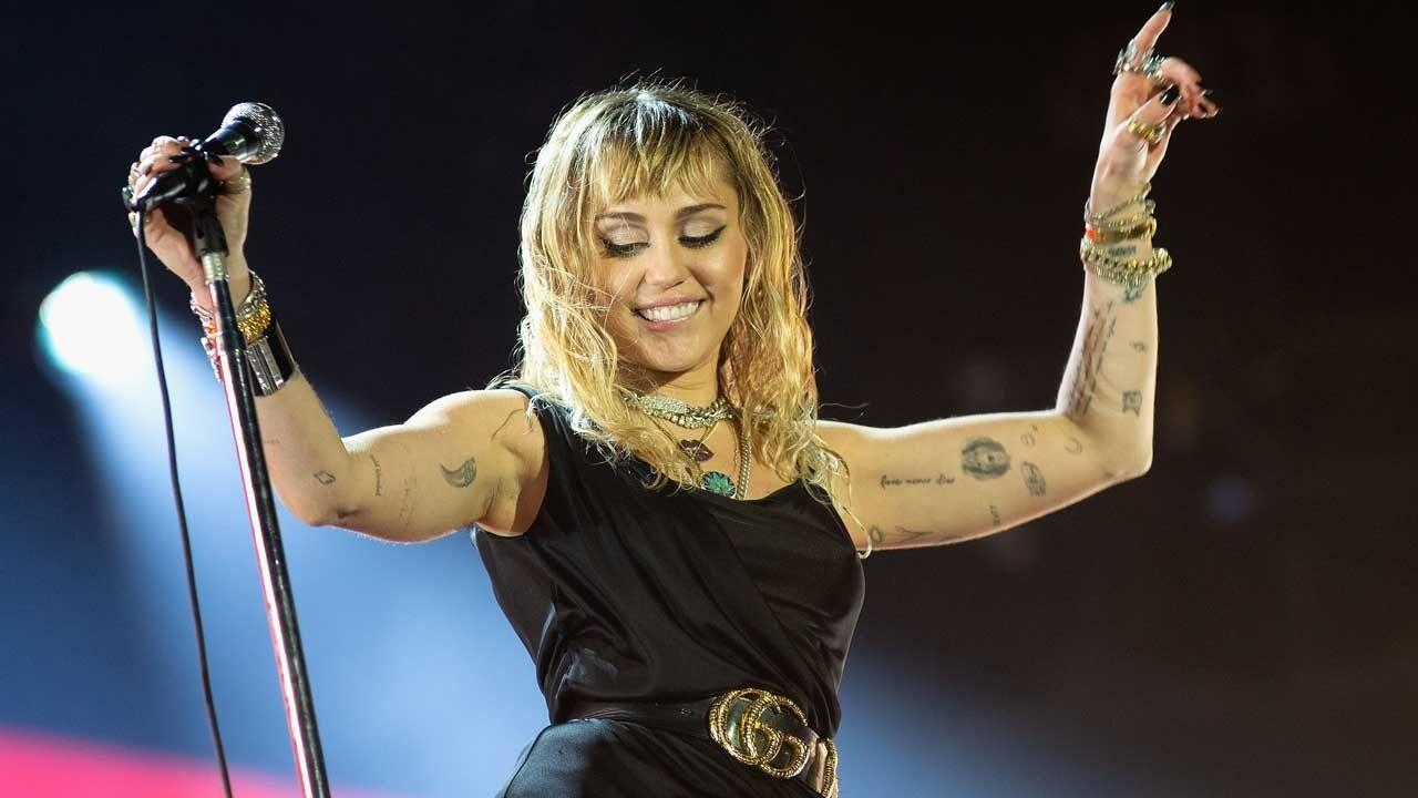 Miley Cyrus Shows Off Her Twerking And Invites Britney Spears To Join Her!