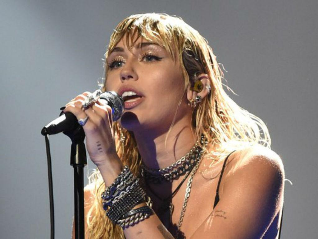Miley Cyrus Rocks Out At iHeartRadio Music Festival After Kaitlynn Carter Split