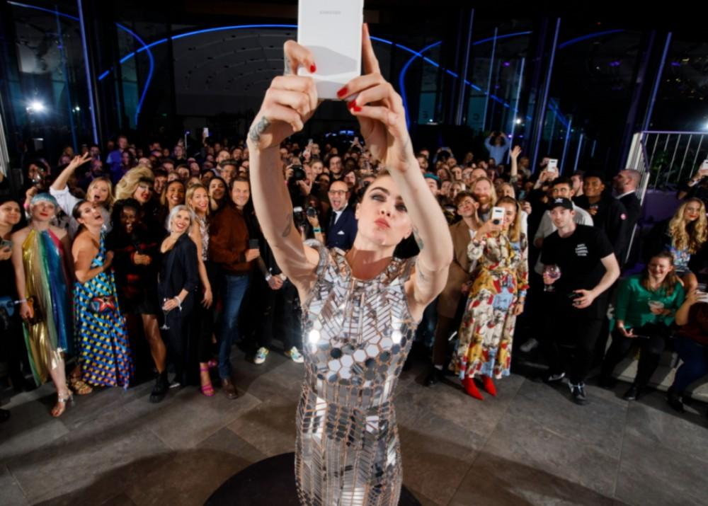How To Get Cara Delevingne's Gorgeous Samsung Space Selfie Look And Send Your Own Selfie To Space