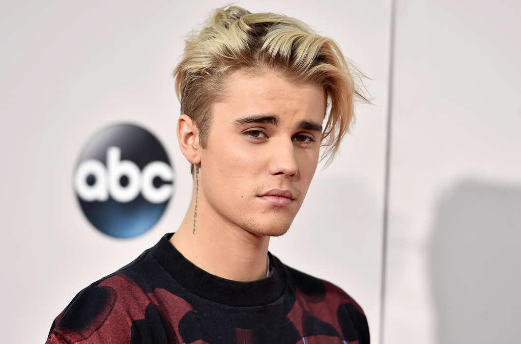 Justin Bieber Shows Support For Youtuber Logan Paul At Boxing Match