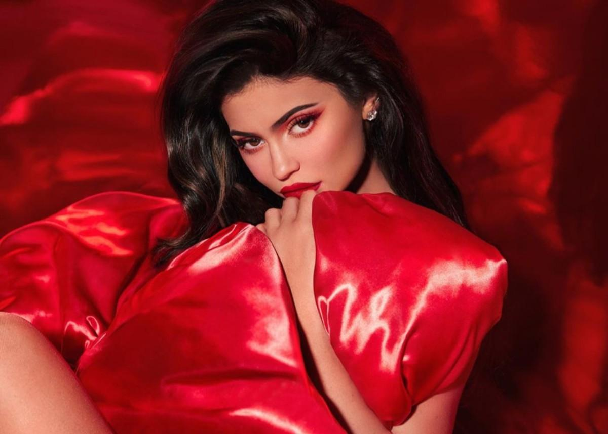 Kylie Jenner Models Kylie Cosmetics 2019 Holiday Collection