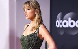 Taylor Swift Sparkled In A Green Julien Macdonald Grecian Gown At The American Music Awards