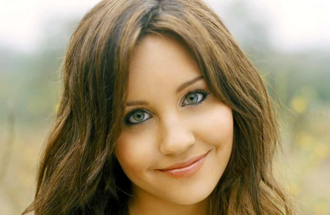 Following Her Rehab Departure Amanda Bynes Was Spotted Having A 'Tense' Conversation With Her Lawyers