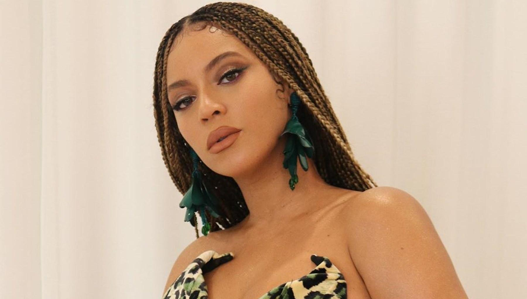 Beyonce Makes Sure That Her Toned Figure Is Center Of Attention At Christmas Party -- Photos Confirm That Jay-Z Is A Lucky Man