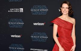 Daisy Ridley Wore Oscar De La Renta To Star Wars: The Rise Of Skywalker Hollywood Premiere