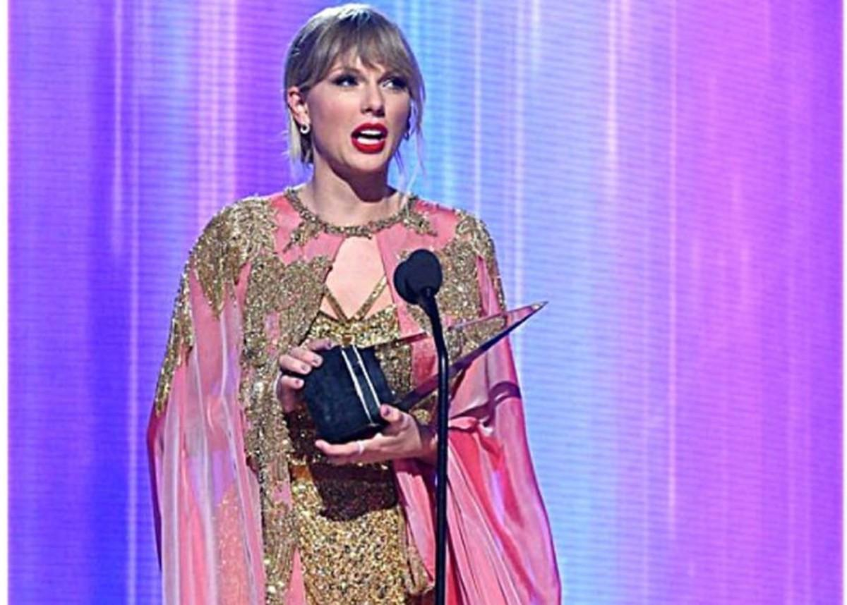 Taylor Swift Was Magnificient In Gold Jennifer Jones Bodysuit And Pink Cape By Joseph Cassell