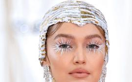 Celebrity Makeup Artist Erin Parsons Shows That Glitter Will Be A Big Trend In 2020