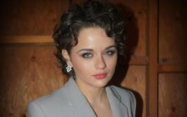 Joey King Wears Dazzling Suit By Area With Harry Kotlar Jewels To Visual Effects Society Awards