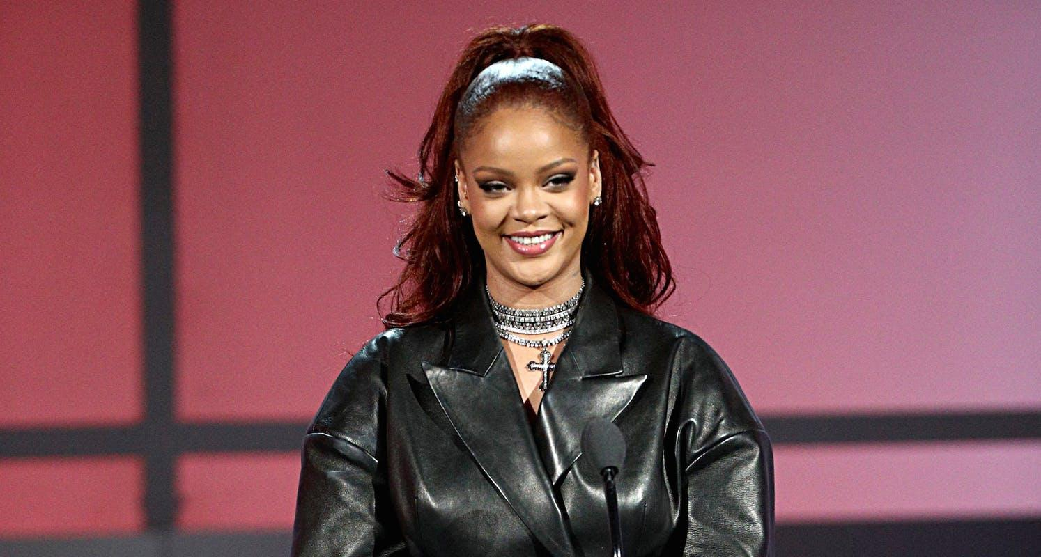 Rihanna Fan Asks To Pop Her Pimple After Seeing No-Makeup Selfie - Check Out Her Hilarious Response!