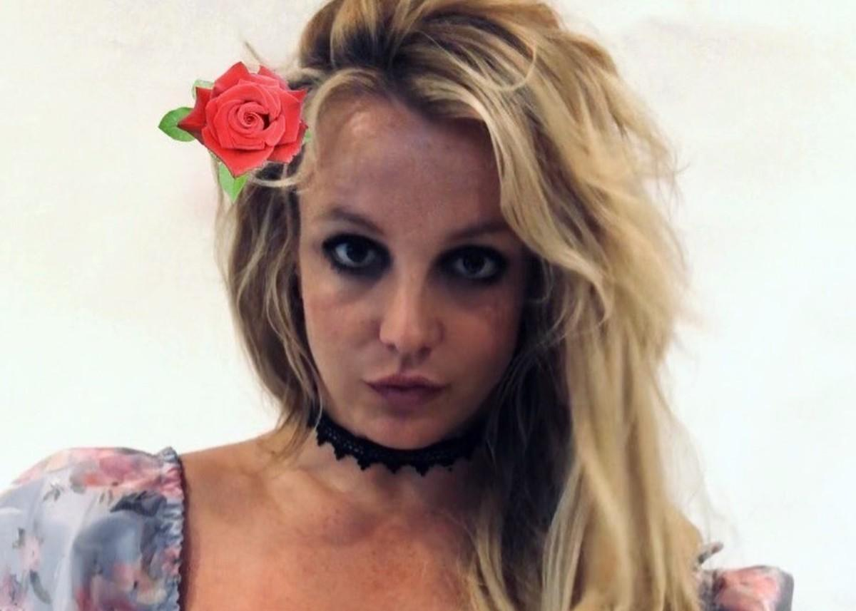 Britney Spears Flaunts Her Curves In Pretty Floral Top By LoveShackFancy