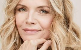 Michelle Pfeiffer Looks Stunning At 62 In No-Makeup Pic!