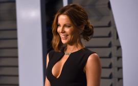 Kate Beckinsale Shows Off Her Long Legs And Toned Abs In Adorable Clip Of Her Playing With Her Dog!