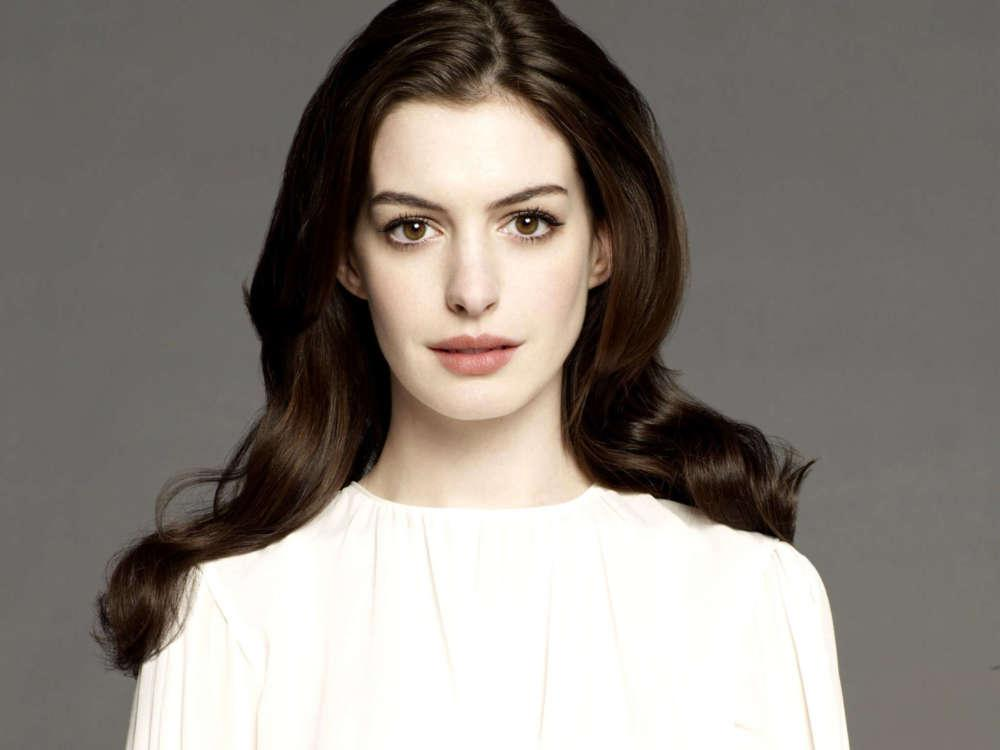 Anne Hathaway Says That Christopher Nolan Banned Chairs On His Set