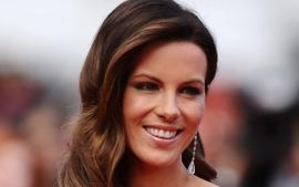 Kate Beckinsale Shows Off Her Incredible Yoga Skills And Flexible Toned Body In The Tiniest Shorts - Check Out The Clips!
