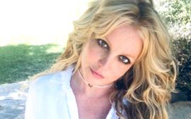Britney Spears Praised For Beautiful Photos As She Twirls A Rose To Skylar Grey
